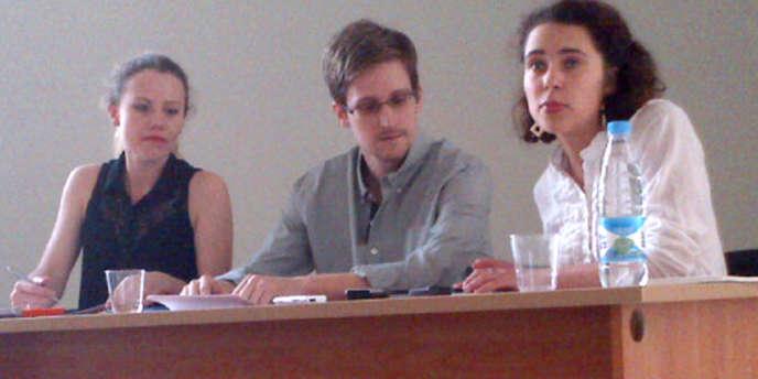 Photographie d'Edward Snowden lors de sa rencontre avec des défenseurs des droits de l'homme à Moscou, le 12 juillet, diffusée par Human Rights Watch.