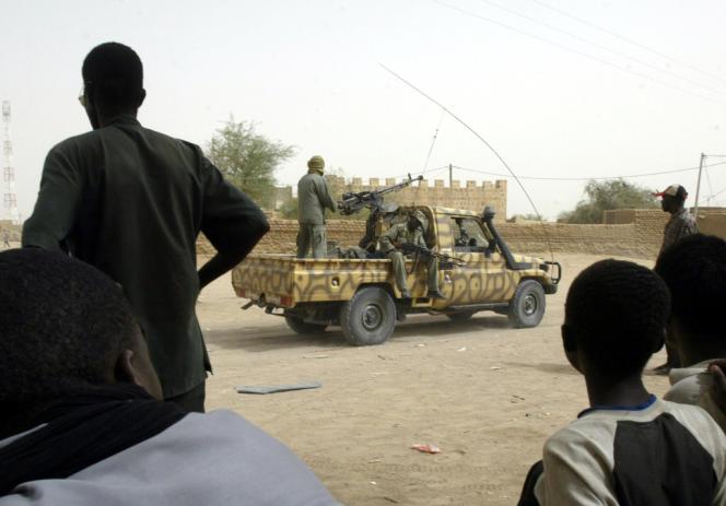 Un soldat malien à Kidal, le 27 mai 2006. Depuis leur arrivée dans la ville début juillet, les soldats maliens n'ont pas quitté leur camp.