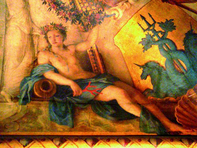 Sur l'une des quatres voussures du faux plafond voûté du Cabinet des bains, une déesse à l'antique, appuyée sur une urne d'où s'écoule l'eau, symbole de la rivière. Elle tient une branche de corail  évoquant le thème aquatique du propos retenu par le peintre.