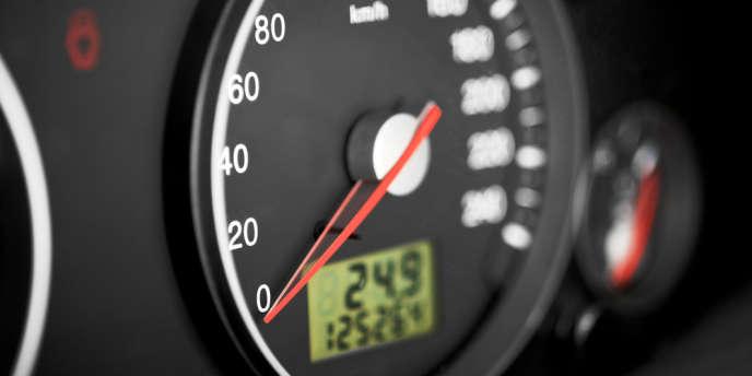 Les régulateurs et limiteurs de vitesse favorisent l'hypovigilance au volant et une moindre maîtrise du véhicule, selon une étude de l'Université de Strasbourg dévoilée par la Fondation Vinci Autoroutes.