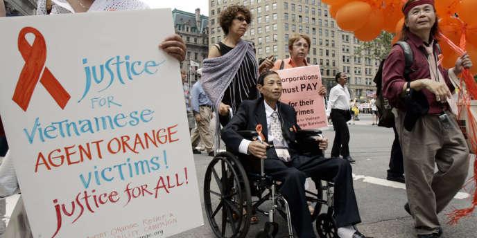 Des victimes de l'agent Orange marche vers un tribunal de New York, en juin 2007.