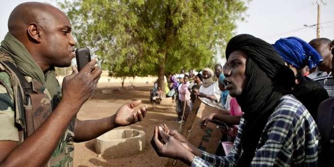 Un soldat de maintien de la paix de la Minusma lors d'une manifestation à Gao contre l'envoi de la force de l'ONU à Kidal, avant l'entrée des militaires maliens, le 5 juillet 2013.
