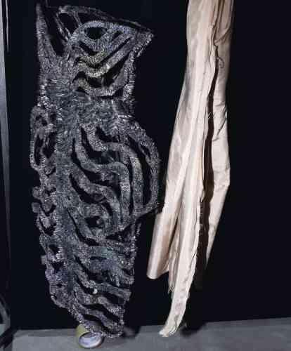 1. Magnet-dress (robe magnétique), en polyuréthane, poudre de métal magnétique et nanopigments de perles nacrées. 2. Skin and bone-dress (robe peau et squelette) transparente, avec des os en polyamide transparents imprimés en 3D.3. Moon-dress (robe lune), en polyuréthane, poudre de métal magnétique et nanopigments de perles nacrées.