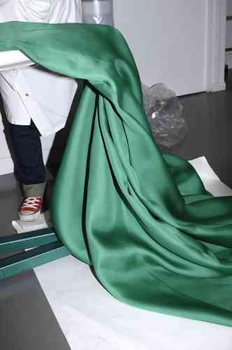 Dans l'atelier haute couture  de Christian Dior. Soie utilisée  pour la confection d'un manteau  double face. A droite, robe bustier  du soir en soie verte. Photo: Ricardo Cases pour M Le magazine du Monde