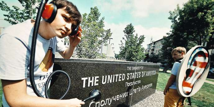 Si certains se sont mobilisés contre le système de surveillance de la NSA (ci-dessus, en Ukraine), les jeunes internautes se moquent  d'afficher leur  vie privée  au grand jour.