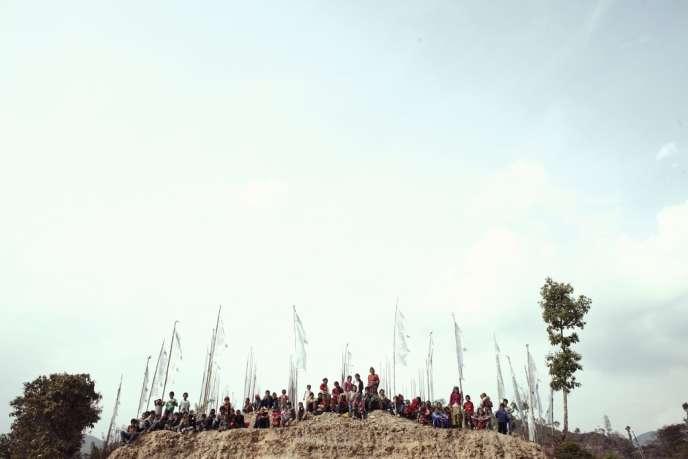 Dans la région du Sindhulpalchok, l'une des plus pauvres et des plus reculées du pays, les coopératives paysannes sont épaulées par Médecins du monde. Les dispensaires mobiles que l'organisation humanitaire installe, comme ici à Lisankhu, attirent les villageois à des kilomètres  à la ronde.