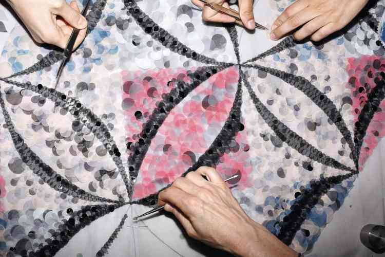 Dans l'atelier Lemarié pour Chanel. Motif cinétique conçu à partir de milliers de pétales multicolores en mousseline de soie, qui aura nécessité  920 heures de travail. Photo: Ricardo Cases pour M Le magazine du Monde