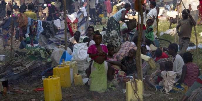 Des enfants réfugiés qui attendent à la frontière du Congo et de l'Ouganda le 13 juillet 2013.
