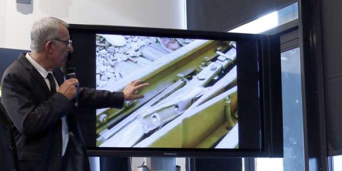 Le président de la SNCF, Guillaume Pépy, montrant l'éclisse, pièce de l'aiguillage à l'origine du déraillement du Paris-Limoges, le 12 juillet.