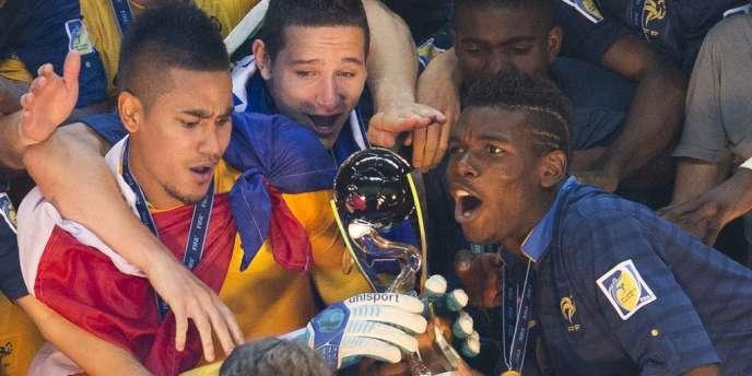 Paul Pogba et Alphonse Aréola avec le trophée de la Coupe du monde.