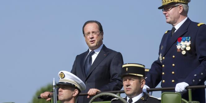 Huées et sifflets se sont élevés dans la foule massée sur les Champs-Elysées au passage de François Hollande.