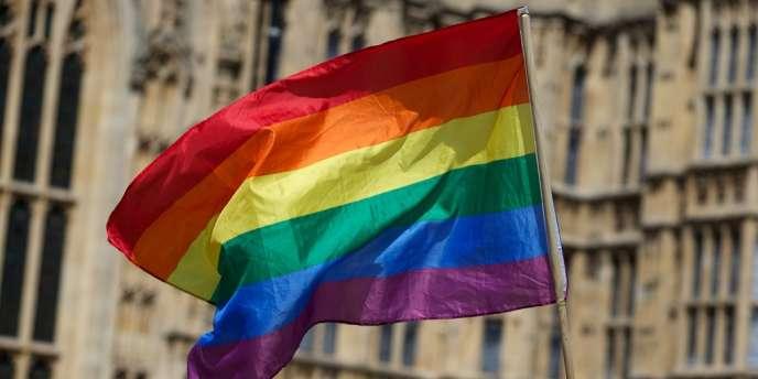 Un drapeau symbolisant la cause homosexuelle devant le Parlement britannique, à Londres.