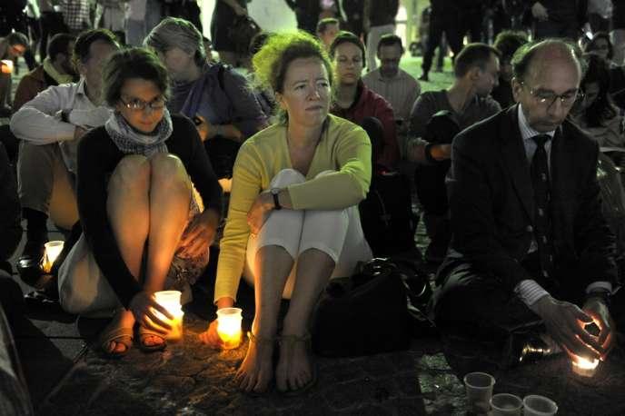 Des Veilleurs sur le parvis du centre Georges Pompidou, le 10 juillet.