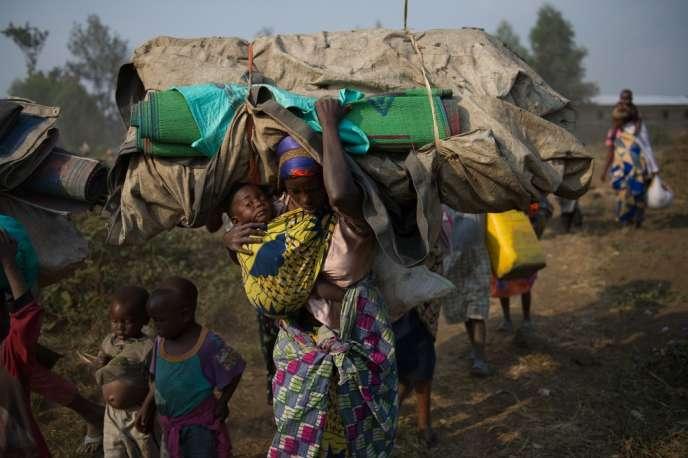 Des Congolais fuient les combats dans les faubourgs de Goma, le 15 juillet 2013.