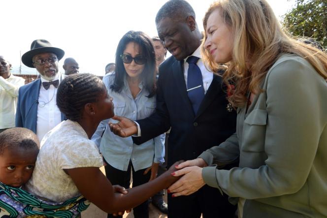 Valérie Trierweiler et la ministre de la francophonie Yamina Benguigui entourent le docteur Mukwege, lors de la visite d'un centre de victimes de viols à Bukavu, le 8 juillet.