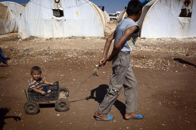 Réfugiés syriens dans le camp de Bab El-Salem près de la frontière turque, en juillet.