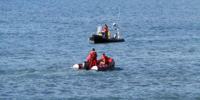 Les gardes-côtes à la recherche des restes de la jeune adolescente mortellement attaquée par un requin, lundi 15 juillet 2013, à la Réunion.
