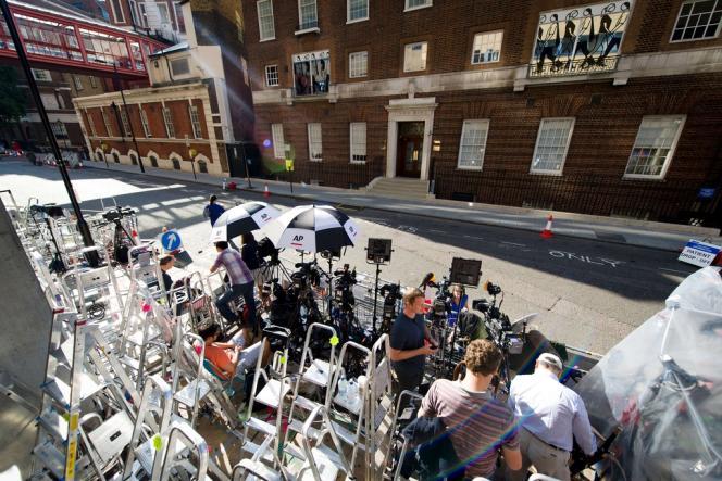 Les médias se préparent devant l'entrée de la Lindo Wing, la maternité privée de l'hôpital St. Mary, à Londres, le 15 juillet.