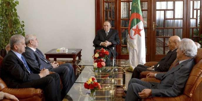 Le président Abdelaziz Bouteflika, entouré de ses ministres, à son retour à Alger, mardi 16 juillet 2013.