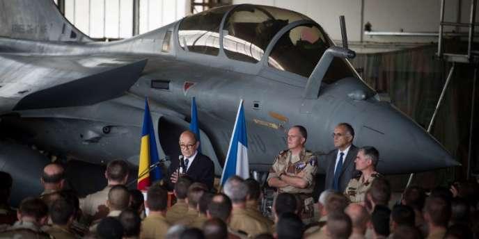Le ministre de la défense, Jean-Yves Le Drian, s'adresse aux troupes françaises de l'opération Serval, à N'Djamena en avril.
