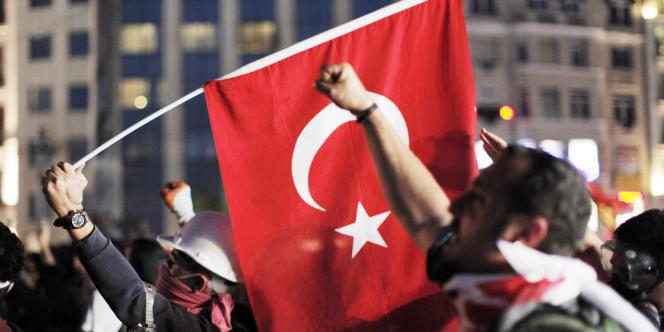 Les gens scandent des slogans lors d'une manifestation contre le gouvernement sur la place Taksim à Istanbul, le 29juin.