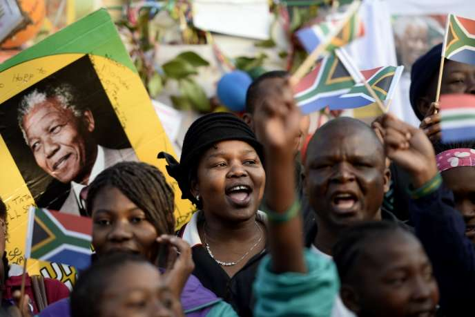 L'Afrique du Sud rend hommage au héros de la lutte contre l'apartheid, hospitalisé depuis six semaines à Pretoria mais dont les dernières nouvelles se veulent rassurantes.