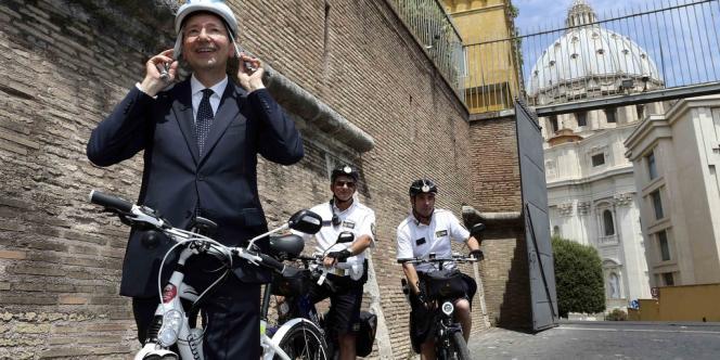 Le maire de Rome Ignazio Marino sur son vélo électrique.
