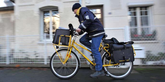 Face à la chute inexorable du courrier, La Poste réfléchit à de nouveaux services et pourrait transformer ses postiers en experts des compagnies d'assurance.