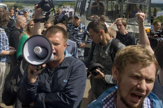 Des soutiens de l'opposant russe Alexeï Navalny protestent contre sa condamnation, à Kirov, jeudi.