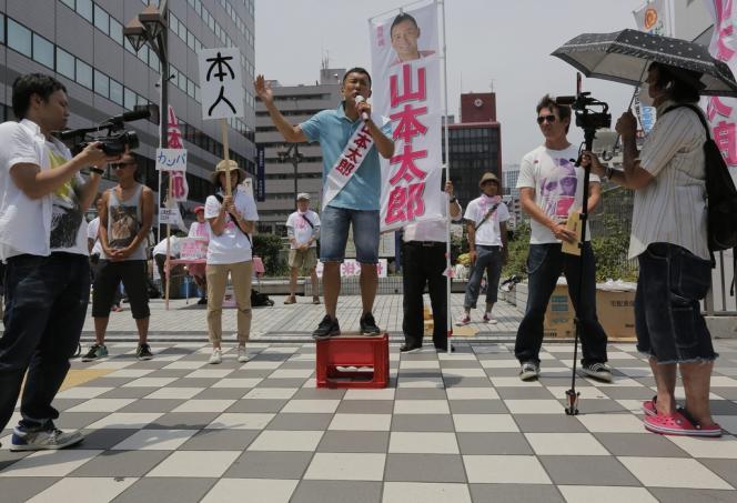 Taro Yamamoto, ex-star de la télévision et candidat antinucléaire, le 12 juillet à Tokyo.