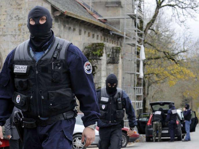 Des policiers de la sous-direction antiterroriste (SDAT) de la police judiciaire à Tarnac (Corrèze), le 11 novembre 2008. Dans la nuit du 7 au 8 novembre, Julien Coupat et sa compagne avaient été filés par la police.