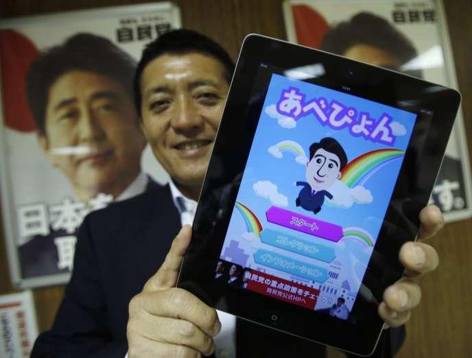 Takuya Hirai, directeur du bureau des médias numériques pour le Parti libéral-démocrate montre l'application