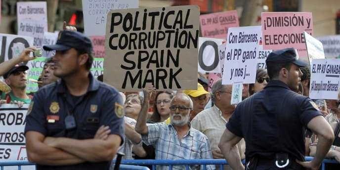 Des manifestants devant le siège du Parti populaire à Madrid, le 18 juillet 2013.