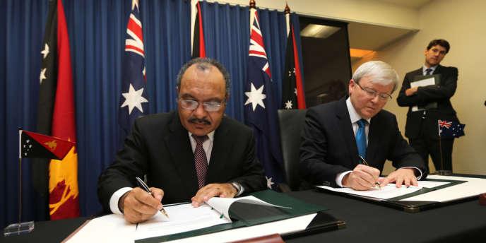 Le premier ministre australien signe un accord avec son homologue en Papouasie-Nouvelle-Guinée, vendredi 19 juillet. Les migrants illégaux arrivés en Australie seront systématiquement expulsés vers la Papouasie.