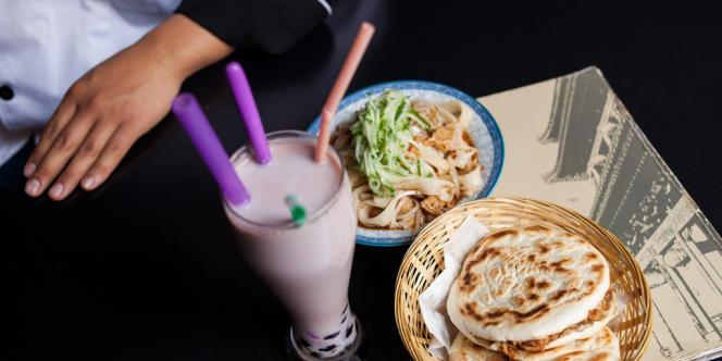 La pain à la viande, sandwich typique de la région centrale du Shaanxi, est servi à La Taverne de Zhao à Paris