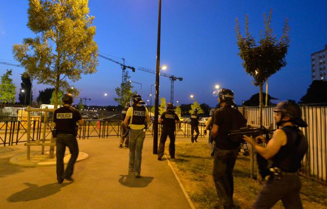 Des policiers de la BAC patrouillent dans les rues de Trappes, le20juillet2013.