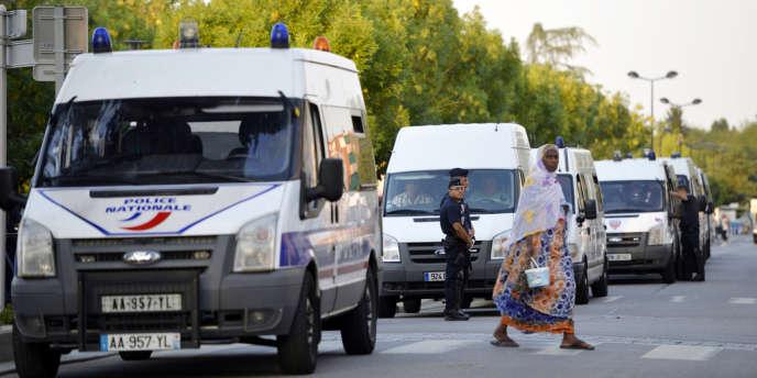 Des policiers en faction à Trappes, samedi 20 juillet.