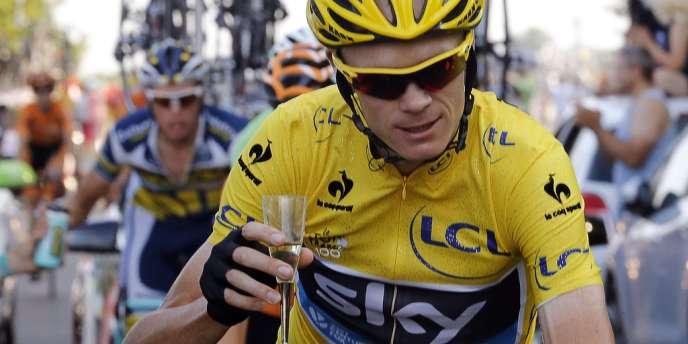 Chris Froome et sa coupette de champagne, le 21 juillet lors de la dernière étape.