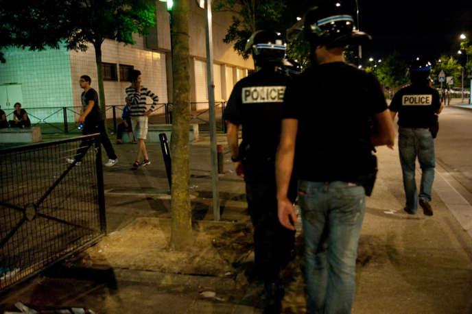 Une patrouille de police dans le quartier des Merisiers, à Trappes (Yvelines), le 20 juillet 2013.