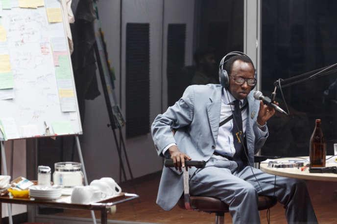 Dans un cube de verre, Milo Rau met en scène la vie de la radio RTLM, qui a joué un rôle majeur lors du génocide rwandais.