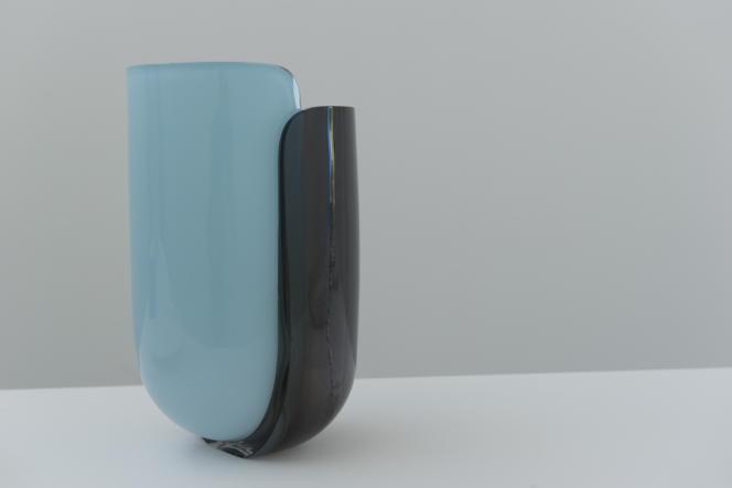 La lauréate du Grand prix présente sa première exposition personnelle, fruit de son travail avec Sèvres pour la porcelaine, le Cirva de Marseille pour le verre et la Galerie Kréo pour la création d'une lampe: Dyade.
