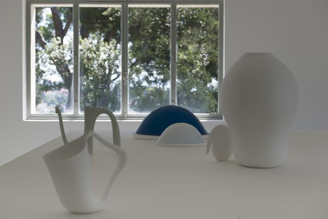 Venant également du nord, le designer Aldo Bakker revient à Noailles pour y présenter ses nouvelles créations, réalisées dans le cadre de sa résidence à la manufacture de Sèvres-Cité de la céramique.
