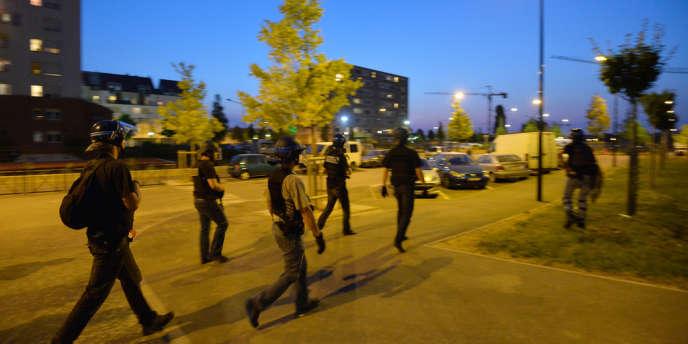 Patrouille de police dans les rues de Trappes, samedi 20 juillet.