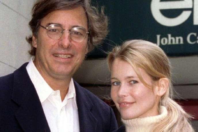 Le fondateur de l'agence de mannequins Elite Models, John Casablancas, aux côtés de Claudia Schiffer, en 1996.