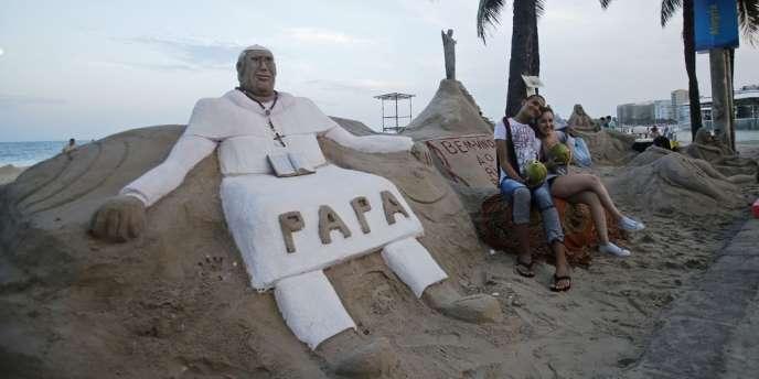 Une sculpture en sable du pape François sur la plage de Copacabana, à Rio, le 21 juillet.