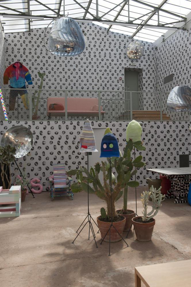 Bertjan Pot expose de nombreuses pièces dans la salle de squash et dans ce qui fut la piscine de la villa. Intitulée