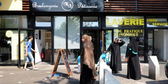 Devant une boulangerie de Trappes, samedi 20 juillet, au lendemain de la premières nuit de violences.