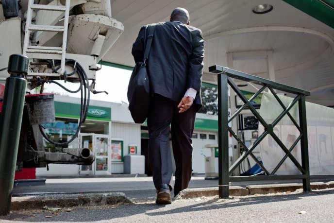 Joseph Penda-Moussa, contrôleur de la direction générale de la concurrence, de la consommation et de la répression des fraudes pour les Hauts-de-Seine, effectue un contrôle des stations-service de Nanterre, le 11 juillet.
