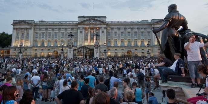 La foule se masse devant le palais de Buckingham, à Londres, après l'annonce de la naissance du fils de Kate et William, le 22 juillet.