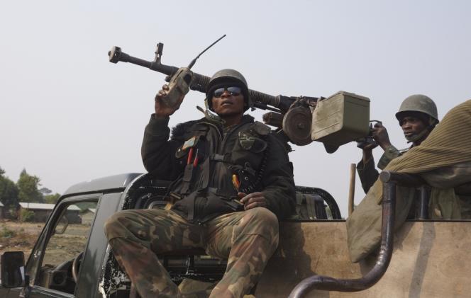 Des soldats de l'armée congolaise en patrouille dans le village de Kibati, près de Goma, le 22 juillet.
